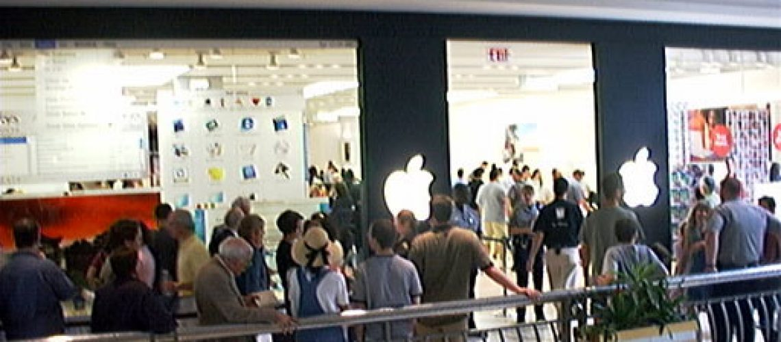 Line_at_the_opening_of_first_Apple_Store_in_America